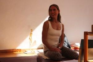 """Dr. Mohme während des Unterrichtens der Fortbildung """"Anatomie für Yogalehrer & Yogalehrerinnen"""". Jede Yogalehrerin und jeder Yogalehrer sollten ein gut fundiertes medizinisches Grundwissen haben. Wiebke Mohme vermittelt Dir ganzheitlich die Medizin und den Zusammenhang zwischen Körper, Bewegungsabläufen und den Yoga Asanas."""