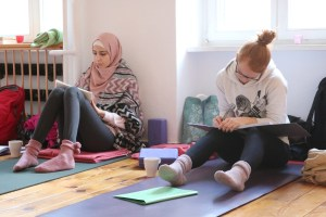 2 Teilnehmerinnen der Yogalehrer Ausbildung in Berlin. Diese Yoga Ausbildung wird von der Ärztin Dr. Mohme geleitet. Es gibt an jedem Wochenende ein tolles Ausbildungsskript zum Nachlesen & Nachschlagen.