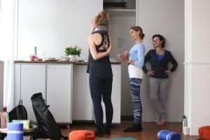 Selbst in der Pause erklärt die Yogalehrerin & Yogadozentin Dr. Mohme den Teilnehmerinnen ihrer Yogalehrer Ausbildung wichtige Details. Hier stellt Judith eine Frage zum Schultergelenk.