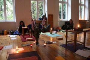 Yogalehrer Ausbildung in Berlin. Der Yogaraum während des Yoga Unterrichts. Hier nach der Kerzen Meditation. In dieser Yoga Ausbildung ist familiäres Wohlfühlambiente genauso geboten, wie eine hohe Unterrichtsqualität.