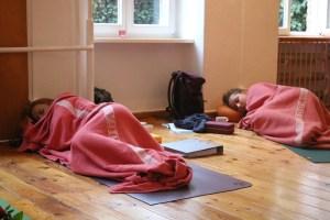 Teilnehmerinnen der Yogalehrer Ausbildung bei Yoga & Cure in der verdienten Mittagspause.