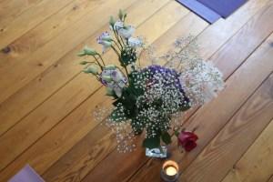Pausen & Blumen gehören bei der Yogalehrer Ausbildung immer dazu! Das Umfeld, das Miteinander & die gesamte Atmosphäre sind für das Lernen in einer Yogalehrer Ausbildung sehr bedeutsam.