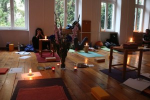 Yogastudio & Institut für Yoga, Yogatherapie & Ayurveda in Berlin Prenzlauer Berg. Der Yogaausbildungsunterricht kann gemütlich & zugleich intensiv sein! In jedem Falle lernst, erlebst & erfährst Du sehr viel für Dich, Dein Yoga & Dein Leben.