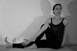 In der Yogalehrer Ausbildung sind Sitzhaltungen & Drehungen selbstverständlich ein Themenbereich, der behandelt wird. Dr. Mohme die Yoga Ausbildungsleiterin ist Ärztin  & Yogaexpertin. Aufwärmung und Mobilisierung der Gelenke, des gesamten Körpers sind im Yoga äußerst wichtig!