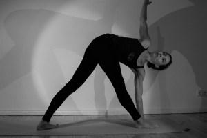 Dr. Mohme ist sowohl Leiterin des Yoga Institutes als auch Kursleiterin der Yogakurse. Dr. Mohme hat verschiedene Yogastile erlernt wie z.B. Hatha Yoga, Forrest Yoga, Vinyasa Flow & Embodied Flow. Ana Forrest und Tara Judelle gehören genauso zu ihren Lehrerinnen wie Dr. Vasant Lad. Sämtliche ihrer Yogakurse gehen in die Tiefe. Sowohl Deine körperliche, als auch Deine psychische Gesundheit profitieren von ihrer Art zu unterrichten.