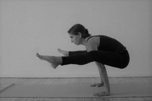 Yoga & Yogalehrer Ausbildung 300+ ist auch Yoga Alliance zertifiziert. Dr. Mohme die Yogalehrer Ausbildungsleiterin ist Ärztin & Ayurvedaärztin. Hier zeigt sie das Asana Glühwürmchen.