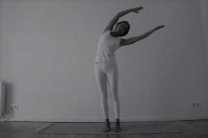 Yogatherapie Ausbildung  mit Dr. med. Wiebke Mohme. Dr. Mohme ist Top Expertin in den Bereichen Yoga, Yogatherapie & Ayurveda. Bei ihr wird Wissen, Wissenschaft, Yoga & Yogatherapie mit Herz, Intuition & Einfühlungsvermögen verknüpft. Sowohl im Yoga grundsätzlich, als auch besonders in der Yogatherapie kommt es auf Feinheiten an. Absolute Individualiät ist gefragt. Hier siehst Du eine Seitbeuge, ausgeführt im Stehen.