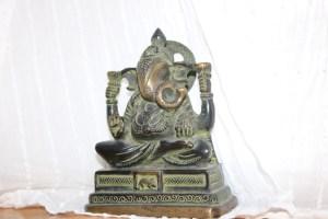 Im Institut für Yoga, Yogatherapie & Ayurveda begleitet Ganesha den Yoga Unterricht. So ist er auch fester Bestandteil der Yogalehrer Ausbildung. Mit seiner Präsenz erleichtert er uns das Lernen. Ganesha hält Böses & Hindernisse fern. Anders formuliert: Er hat Anteil an den guten, glücklichen Entwicklungen. Ein Platz im Yogainstitut ist ihm sicher.