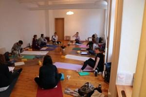 In der Yogalehrer Ausbildung mit Dr. Mohme lernst Du viel über Yoga. Es werden viele Yogastile integriert, wie diese von Swami Rama, Gründer des Himalya Institutes oder Swami Sivananda, Begründer des Sivananda Yoga. Auch Kundalini Yoga von Yogi Bhajan hat seine Berechtigung genauso wie Hatha Yoga & Forrest Yoga. Es geht hier um die Grundlagen des Yoga & und um das sichere und gesunde praktizieren der Asanas! Hier siehst Du eine Ausbildungsgruppe kurz vor Beginn einer Unterrichtseinheit zur Hatha Yoga Pradipika.