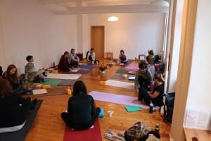 Yogatherapie & Yogatherapieausbildung mit Dr. med. Wiebke Mohme garantiert ein hohes Maß an Qualität. Du lernst hier sehr praktisch wie Du gezielt in Yogaeinzelstunden mit Yogaschülerinnen arbeiten kannst. Weil der Yogatherapie Unterricht mit Dr. Mohme eine besondere Mischung aus Theorie und Praxis ist, ist es immer sowohl lehrreich, als auch begeisternd.