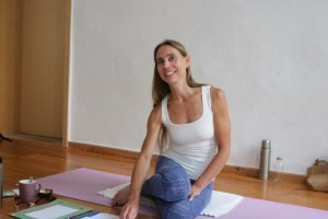 In der Yogalehrer Ausbildung von Yoga & Cure ist Dr. med. Wiebke Mohme sehr präsent. Sie erstellt tolle Ausbildungsskripte, zeigt Assists, also hands on & weist Dich in die Yogaphilosophie und Yogaethik ein. Wiebke ist ein unendlich großer Wissensschatz. Gleichzeitig ist sie ein sehr natürlicher und liebevoller Mensch geblieben.