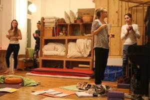 Eine Yogatherapie Ausbildung sollte von einer Ärztin geleitet sein. Selbstverständlich am besten von einer Ärztin, die sowohl die Schulmedizin, als auch sowohl den Ayurveda, also die Ayurveda Medizin, als auch den Yoga wirklich verstanden hat. Eine solche Topexpertin ist Dr. med. Wiebke Mohme von Yoga & Cure in Berlin. Hier ist sie im Gespräch mit Yogatherapie Ausbildungsteilnehmerinnen.