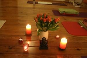 Blumen gehören selbstverständlich zum Wohlfühlen während eines Yoga Ausbildungswochenendes dazu. Dr. Mohme achtet während der Yogalehrer Ausbildung auf viele Details. Wohlfühlen & sich sicher fühlen bilden genauso eine Grundlage für effektives Lernen und Verinnerlichen, wie innere Freude.
