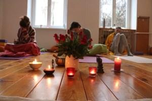 Unsere 300 Stunden Ausbildung qualifiziert Dich als Yogalehrerin die Anerkennung & Zertifizierung durch die Krankenkassen zu erhalten. Folglich kannst Du Präventionskurse anbieten, die auch in der Datenbank der Zentralen Prüfstelle für Präventionskurse gelistet werden. In der Aufbauausbildung Yoga sind sämtliche Yogastile willkommen. Hatha Yoga & Vinyasa Flow genauso wie Jivamukti, Anusara oder Ashtanga!