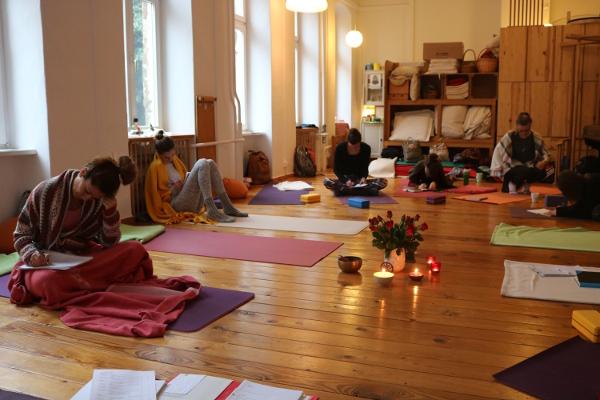 Selbstreflexion, Svadhyaya ist während der Yoga Ausbildung genau so Inhalt wie die Asana Praxis & das Unterrichten!