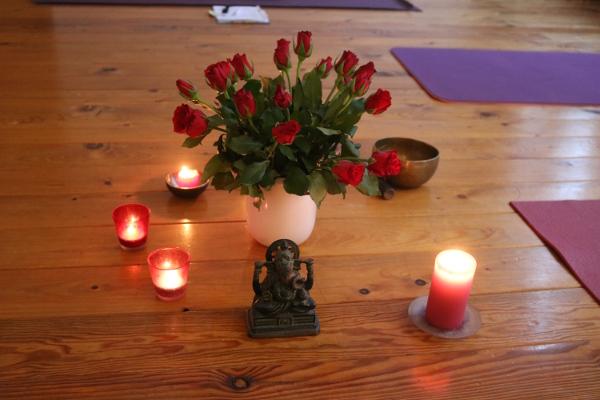 Blumen gehören beim Mantrakonzert mit Pana genauso dazu wie nette Menschen. Wir hören & singen Mantren und Kirtans. Manche Menschen benutzen das Wort Mantras anstelle Mantren. Mantren sind tief in der indischen Kultur verwurzelt und haben auch einen engen Bezug zum Yoga. So kann die Heilwirkung von Yoga gut unterstützt werden. Singe mit uns gemeinsam!