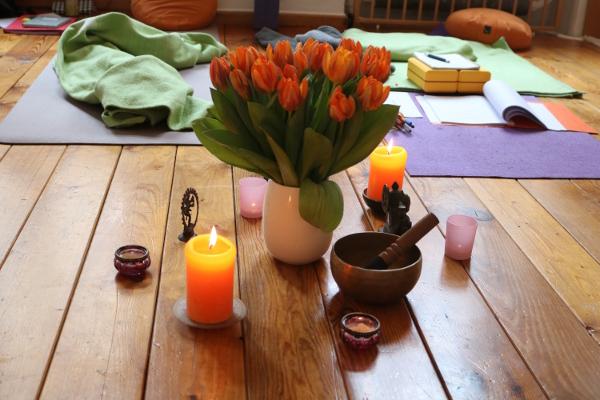 Die Atmosphäre während der BDY Yoga Ausbildung ist sehr entscheidend für ein effektives Lernen. Dr. Mohme garantiert sowohl effektives Lernen, als auch ein angenehmes, sicheres Umfeld. Dieses Umfeld ermöglicht Dir vielfältige Yogaerfahrungen zu erleben. Sowohl in der Meditation, als auch während der Asanapraxis.