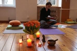 Weil die Atmosphäre in einer Yogalehrer Ausbildung sehr wichtig ist, achtet Yoga & Cure hierauf besonders. Selbstreflexion & Diskussionen in der Gruppe gehören genauso dazu, wie wirkliches Hineinspüren & Erleben in den Asanas. Neben Gruppenarbeiten ist auch Einzelarbeit wichtig. Du lernst in dieser Yoga Ausbildung viel über Dich selbst.
