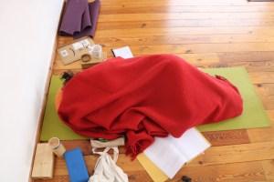 Weil es auch wohlverdiente Pausen an den Ausbildungswochenenden der Yoga Ausbildung mit Dr. Mohme gibt, ist sogar schlafen erlaubt. Die Ausbildungszeiten sind sehr intensiv. Auf sämtlichen Ebenen geschieht sehr viel. Du wirst sowohl für Deine eigene, individuelle Yogapraxis inspiriert, als auch in Bezug auf viele menschliche Themen. Das heißt konkret, auch Dein Privatleben profitiert von dieser Ausbildung!