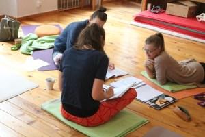 Auch während der Yogatherapie Ausbildung ist Eigenstudium gefragt. Falls Du Dich für diese qualifizierte & qualifizierende Yoga Zusatzausbildung bei Dr. Mohme entscheidest wirst Du nette Mitlernende haben. Der Unterricht während der Yogatherapie Ausbildung von Yoga & Cure ist genauso wie während der Yoga Ausbildungen, sehr praxisbezogen. Dies weil Wiebke eine Meisterin, also eine Expertin im Unterrichten ist. Der Praxisteil und der Theorieteil bilden an jedem Ausbildungswochenende eine tolle Mischung.