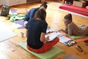 In den Yoga Fortbildungen Anatomie & Körperwissen für Yogalehrende mit Dr. med. Wiebke Mohme ist es wichtig, dass das Lernen Freude bereitet. Ferner erleben die Teilnehmerinnen einen sehr praxisnahen Unterricht. Selbstverständlich gibt es an diesen Wochenenden auch Yogaklassen.