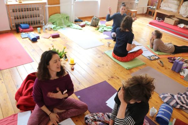 Hier einige Teilnehmerinnen, die vielleicht auch noch die BDY Yogalehrer Ausbildung absolvieren werden. Yoga & Cure erweitert nämlich sein Ausbildungsangebot. Ferner ist es Ziel den Teilnehmerinnen die Zertifizierung durch die Prüfungsstelle der Krankenkassen zu ermöglichen. Denn mit dieser Anerkennung durch die Krankenkassen können im Gesundheitsbereich und Präventionsbereich sogenannte Präventionskurse angeboten werden.