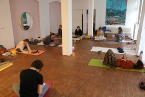 Weil die Yoga Ausbildung bei Yoga & Cure sehr vielseitig ist, gehört auch Journaling dazu. Dies ist eine Methode durch Schreiben Erlebtes zu verarbeiten, zu integrieren oder sich überhaupt erst klar zu machen. Ferner ist es eine tolle Lernmethode. Die Morgenpraxis Stunden an den Ausbildungswochenenden sind für Gäste geöffnet. Fühle dich eingeladen dazu zu kommen. Diese Yogaklassen haben mal mehr, mal weniger Workshop Charakter. Sie sind also wie ein kleiner Yoga Workshop.