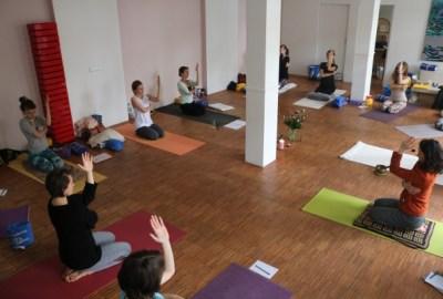 Während der Yogalehrer Ausbildung gibt es jeden Vormittag eine Yogastunde. Diese morgendliche Yogapraxis ist offen für Gäste aller Yogarichtungen. Komme einfach ohne Anmeldung dazu, wir freuen uns auf Dich. Diese Morgenklassen haben manchmal Workshopcharakter. Und ganz wichtig: Jede Stunde ist anders. Jeder Stil, jede Yogarichtung ist willkommen. Yoga & Cure selbst ist nicht festgelegt auf einen einzigen Stil. Lasse Dich von der liebevollen & gleichzeitig fundierten & medizinischen Ausrichtung Wiebkes Yoga überzeugen.