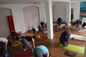 Die Morgenpraxis Stunden während der Yoga Ausbildung bei Yoga & Cure sind ein besonderer Yogagenuss. Dr. Mohme ist sehr vielseitig in der Gestaltung der Stunden. Ferner ist sie einfühlsam, liebevoll & gleichzeitig klar. Du kannst hier viele Yogageschenke erhalten, wenn Du bewusst & aufmerksam bist. Sei unser Gast & komme gerne dazu.