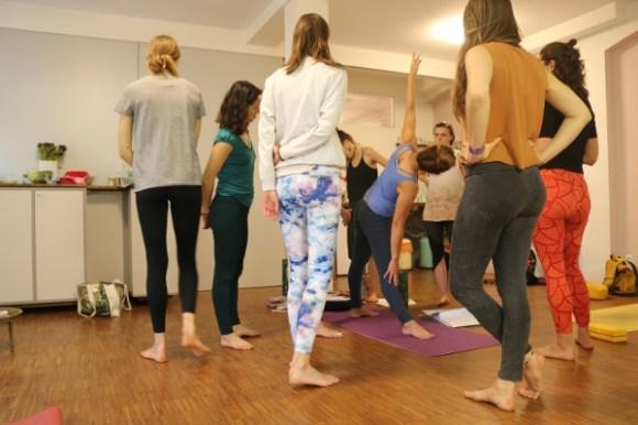 Selbstverständlich sind Assists und das Üben von Assists Teil der Yoga Ausbildung mit Dr. med. Wiebke Mohme. Hier ein Assist oder auch hands on genannt für das Dreieck. Das Sanskritwort für das Dreieck lautet Trikonasana.