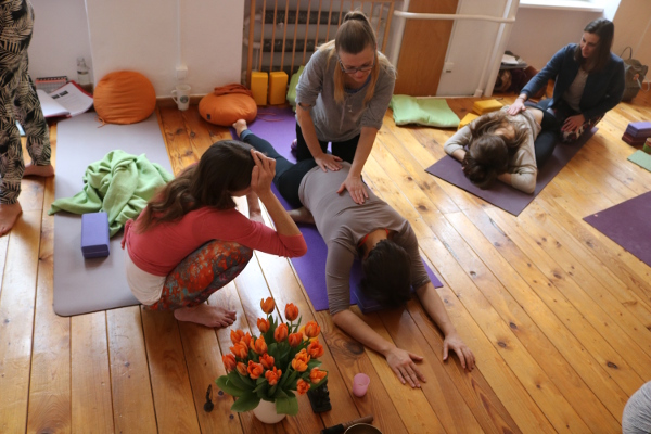 In Zukunft wird es bei Yoga & Cure auch eine BDY Yoga Ausbildung geben. Heute schon sind die Yogalehrer Ausbildungen bei Yoga & Cure absolut einmalig. Dies weil sie sowohl in die Tiefe gehen und medizinisch fundiert sind, als auch weil Dr. Mohme Yoga und das gesamte Leben sehr ganzheitlich sieht und versteht. Du bist bei ihr in den besten fachlichen und menschlichen Händen! Wiebke erklärt ganz genau, was zu tun ist. Und nicht nur das, sondern auch warum. Denn es geht ihr darum, dass Du auch wirklich verstehst, was Du tust.