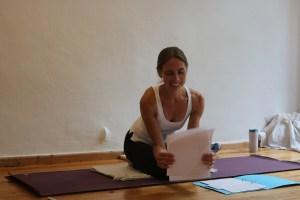 Dr. med. Wiebke Mohme ist die ideale Lehrkraft in einer Yogatherapie Ausbildung. Yoga, Yogatherapie & Ayurveda kannst Du durch sie sowohl in der Praxis, als auch in der Theorie ideal erleben. Dr. Wiebke Mohme ist die Expertin im Bereich Yoga schlechthin. Dies weil sie sämtliche Grundlagen auch wirklich verstanden hat. Außerdem hat sie die Gabe ihr Wissen liebevoll und gleichzeitig effektiv zu vermitteln. Gepaart mit ihrem Herz ist sowohl ihr Yoga Unterricht, als auch ihr Yogatherapie Unterricht ein wahrer Genuss.