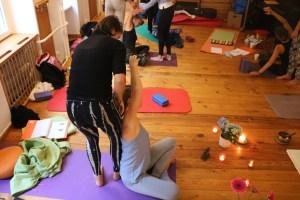Es spielt für Wiebke keine Rolle, wo Du Deine ersten Yogaerfahrungen gemacht hast. Bei Yoga & Cure ist jede und jeder willkommen. Du bist richtig, so wie Du bist. Hier siehst Du 2 Teilnehmerinnen der Yogalehrer Ausbildung, wie sie Assists oder auch hands on genannt, üben. Dies sind Unterstützungen, also Hilfen für jeden einzelnen Menschen. Die sogenannte Ausrichtung während der Asanas ist sehr individuell. Deshalb wird auf jeden Yogaschüler, auf jede Yogaschülerin individuell eingegangen.