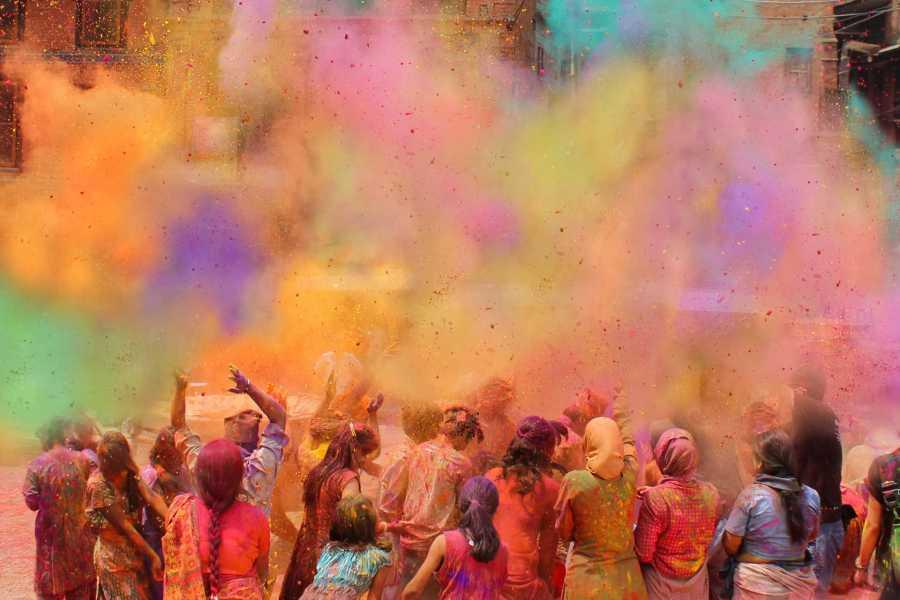 Holi (fête des couleurs) célèbre le retour du printemps en Inde, au moment de la pleine lune durant le mois de Phālguna, pour nous Février/Mars.