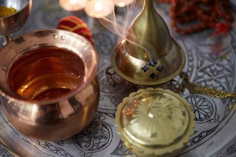 le plateau de puja avec les encens