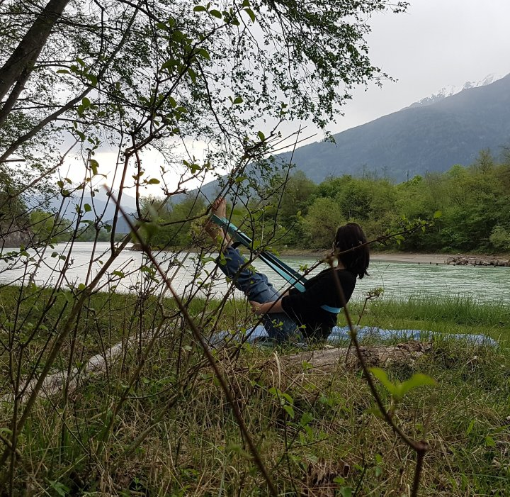 Navasana with a strap at the river, Aparigraha, the principle of contentment, Yogaeinzelstunden