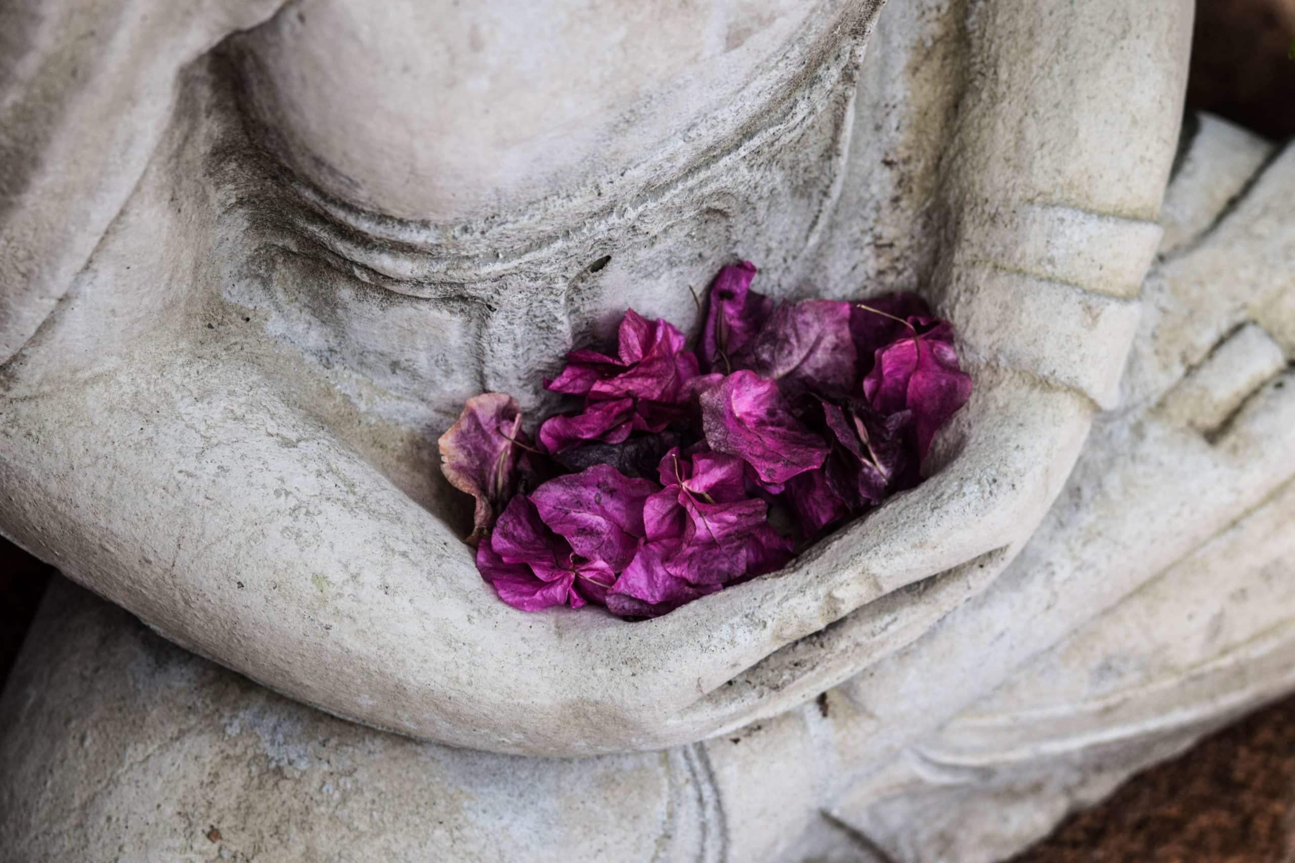 Buddhister Knoten Verbundenheit Liebe Glückssymbol © chris ensey/unsplash Yogannetteblog.de