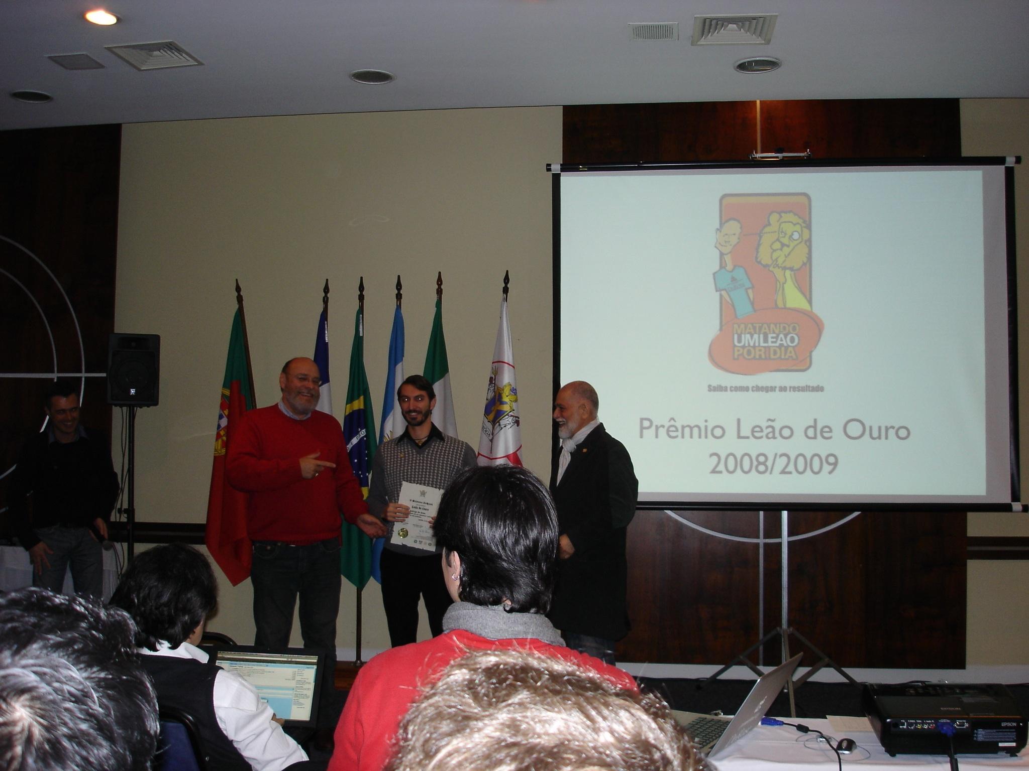Prof. Rodrigo De Bona recebendo seu Leão de ouro