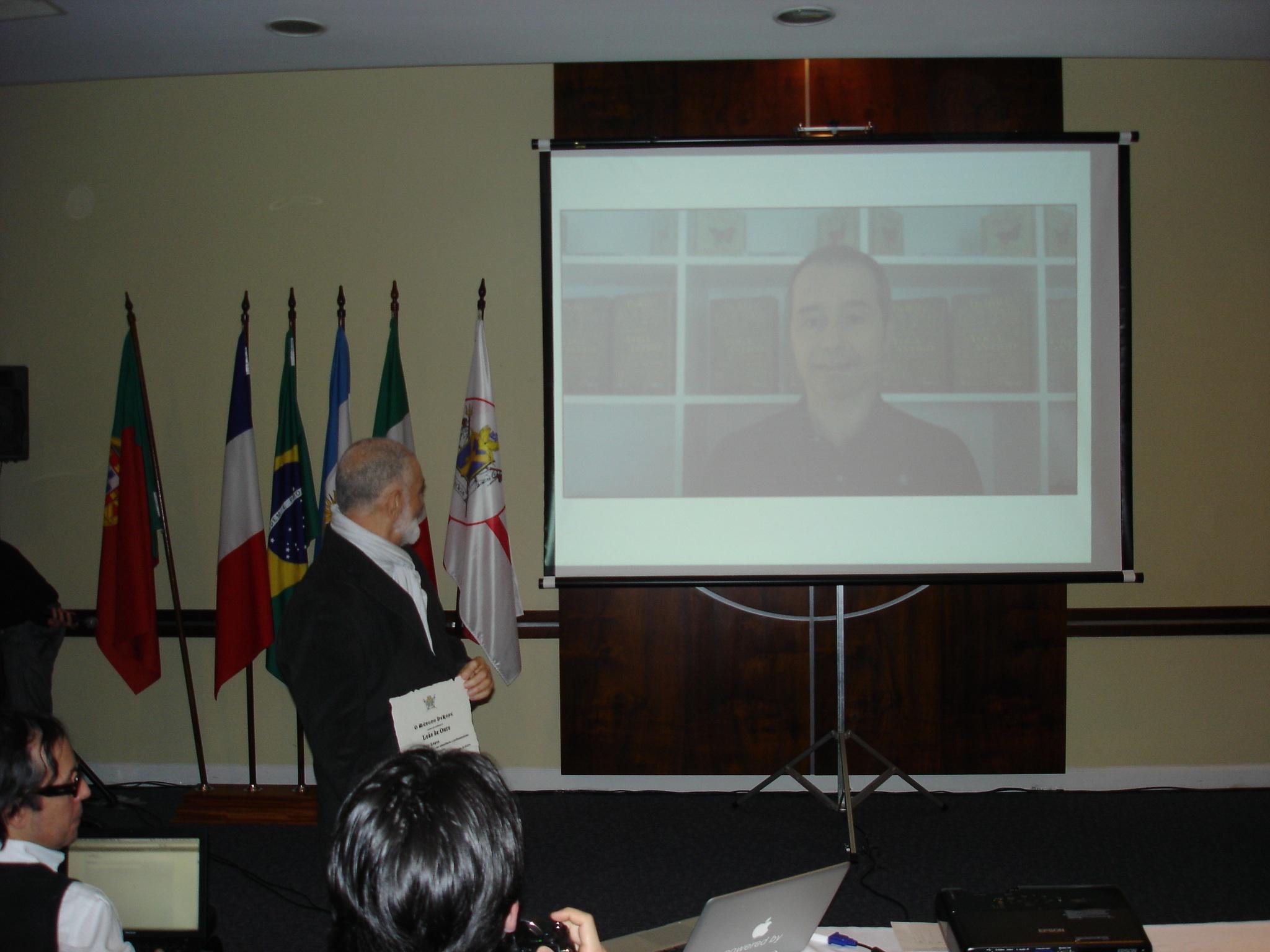 Prof. Luis Lopes em video conferência agradecendo o seu Leão de ouro