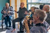 Jeannot Margier pendant un cours de yoga sur chaise en EHPAD