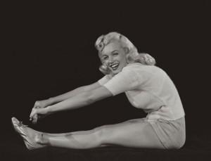 На фото Мерлин Монро выполняет Пасчимоттанасану неправильно и небезопасно для спины.   Как избежать болей в спине при занятиях йогой: