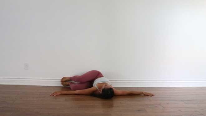 10 необычных способов использовать стену в позах со скручиваниями: стена скручивания скрутки йога