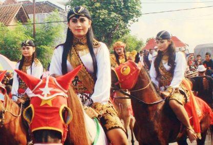 Perempuan berkuda