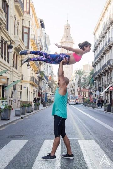David Barreto y Julia Yoguineando.