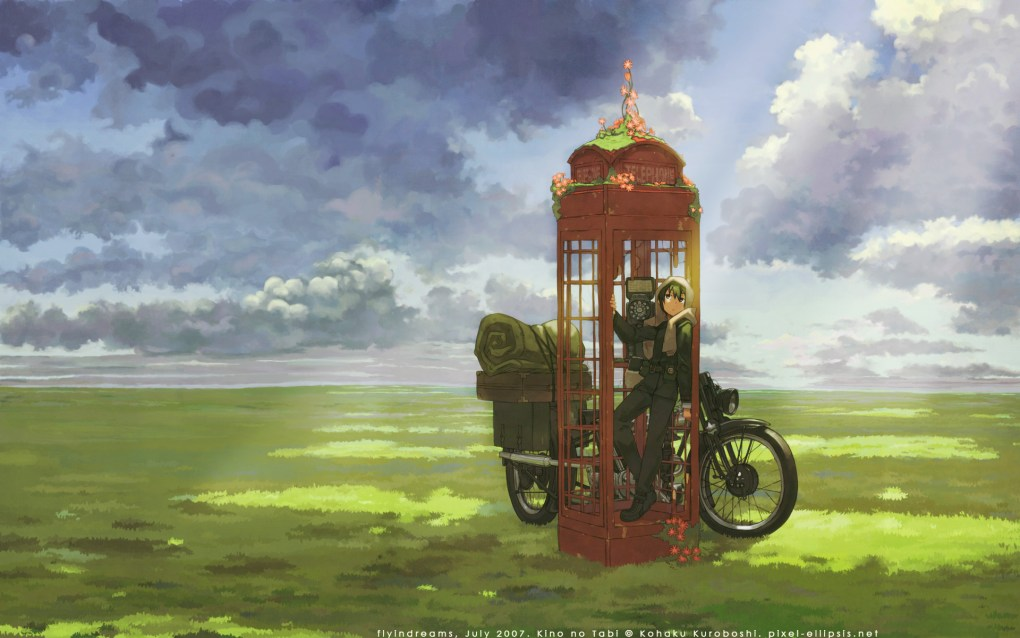 Garota encostada em cabine telefônica britânica clássica em um campo verde. Uma moto ao lado da cabine.