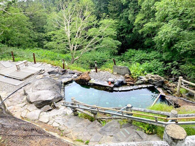 山の中にある温泉。無料、混浴、秘湯。
