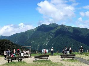 22展望台から左から笠ケ岳、朝日岳、白毛門