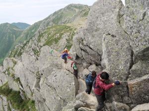 100宝剣岳の鎖場を登るMB