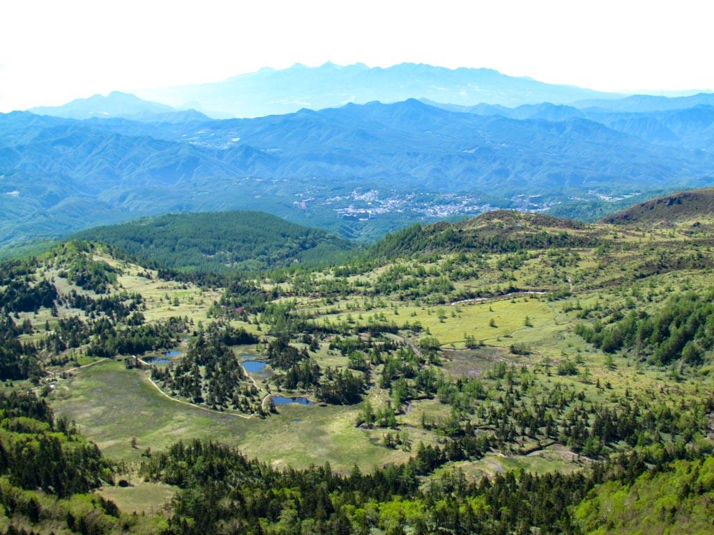 日本国道最高地点渋峠からの芳ケ平湿原・草津温泉街・遠くは榛名連山です