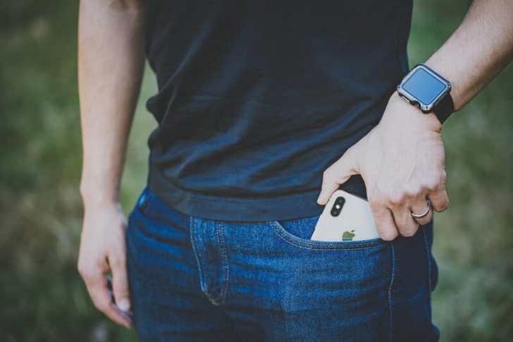 ポケットから落ちるiPhone